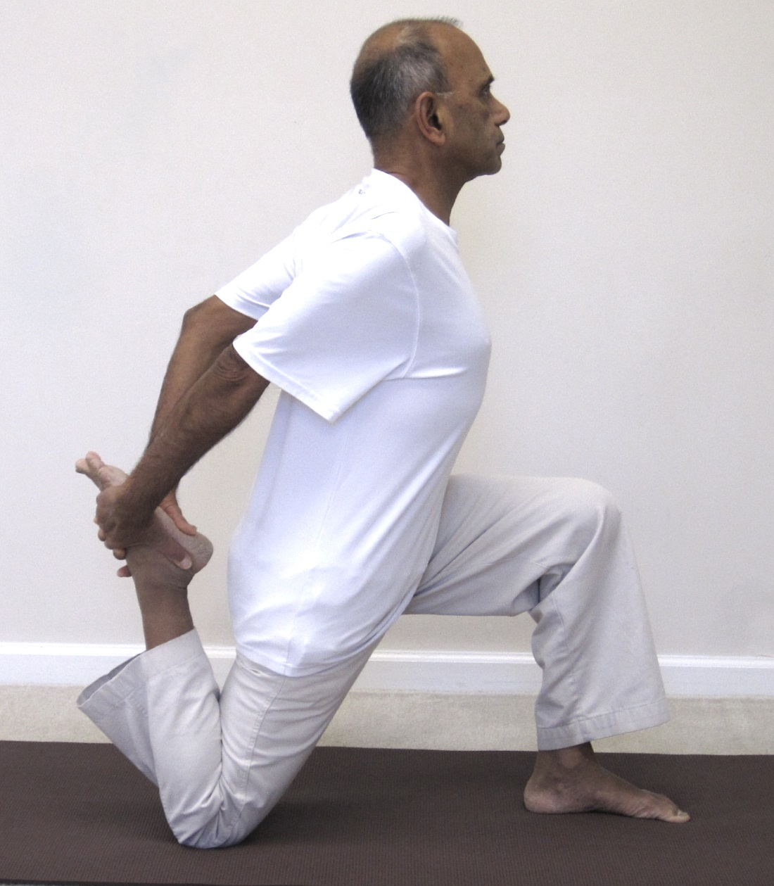 lunge-ankle-twohands
